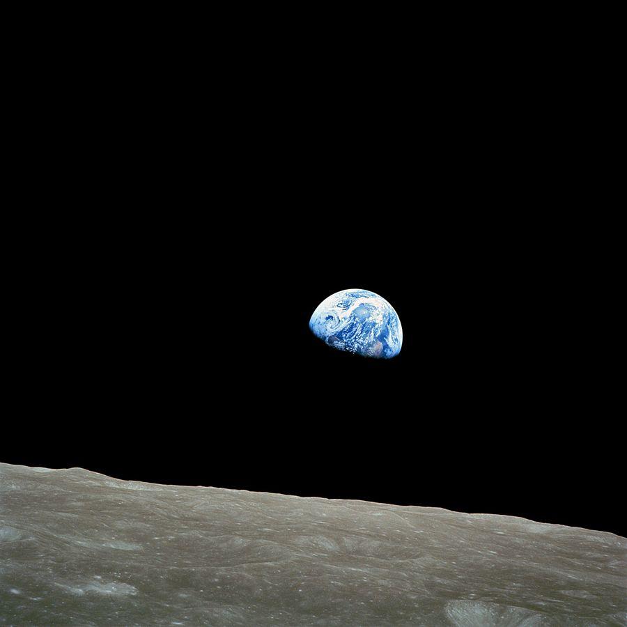 «Earthrise», Bill Anders, Apollo 8, aufgenommen am Vorweihnachtstag 1968, bei der 4. Umrundung des Erdsatellits anlässlich der ersten Reise von Menschen zum Mond.