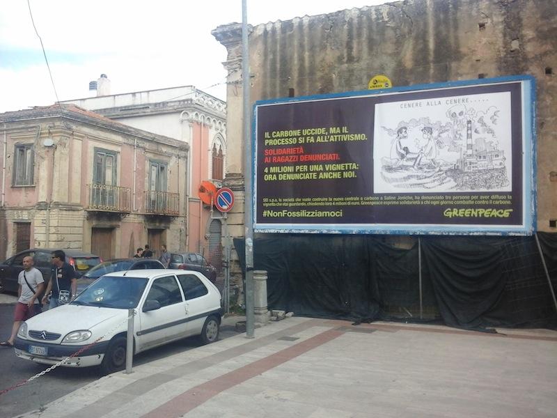 """Greenpeace Plakat in Reggio Calabria  repliziert eine der Darstellungen, wegen der SEI/Repower gegen die Aktivisten klagte. """"Jetzt klagt auch uns an."""""""