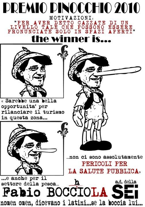 """Fabio Bocchiola wird mit langer Nase auf einem Plakat als Gewinner des «Pinocchio-Preises 2010» dargestellt und zitiert: """"Es wäre eine gute Gelegenheit um den Tourismus in der Gegend wieder anzukurbeln ... und auch für die Fischerei ... es gibt absolut keine Gefahr für die öffentliche Gesundheit."""""""