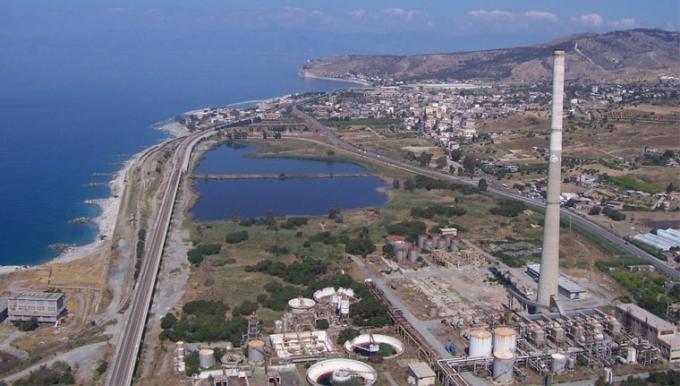 Im Vordergrund die Liquichimica, die in den 70-er Jahren Bioproteine aus Erdöl herstellen sollte. An diesem Standort soll das Kohlekraftwerk der SEI/Repower entstehen. Bild: WWF Italien.