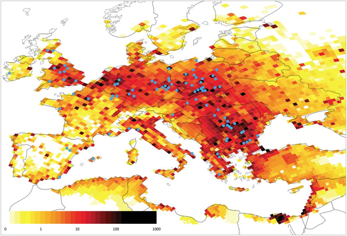 Frühzeitige Todesfälle wegen der Kohlekraftwerke in Europa in den einzelnen Quadraten mit 50 Kilometer Seitenlänge. Blaue Punkte: Kohlekraftwerke mit den meisten Emissionen. «Silent Killers», Greenpeace 2013. S. 33.