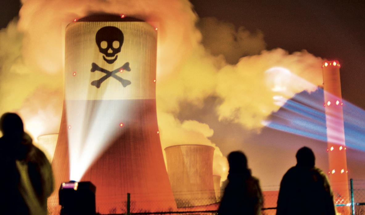 Tod aus dem Schlot. Titelbild des Berichts über die Gesundheitsfolgen der Kohlekraftwerke in Deutschland. Die dem Bericht zu Grunde liegenden Resultate der Universität Stuttgard wurden mit derselben Methode und durch das gleiche Institut ermittelt, wie die 25 jährlichen Todesfälle, die das Kraftwerk in Saline Joniche verursachen würde.